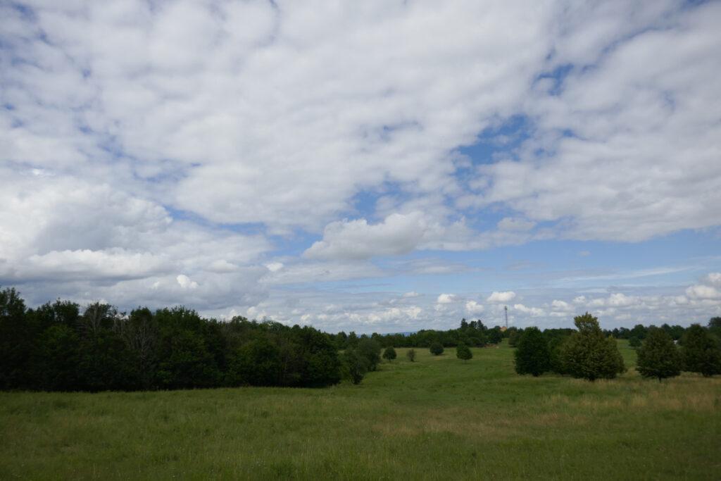 Ausblick auf Felder und viel Himmel