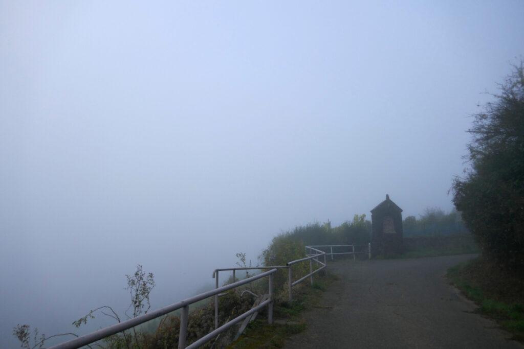 Blick vom Berghang in den Nebel