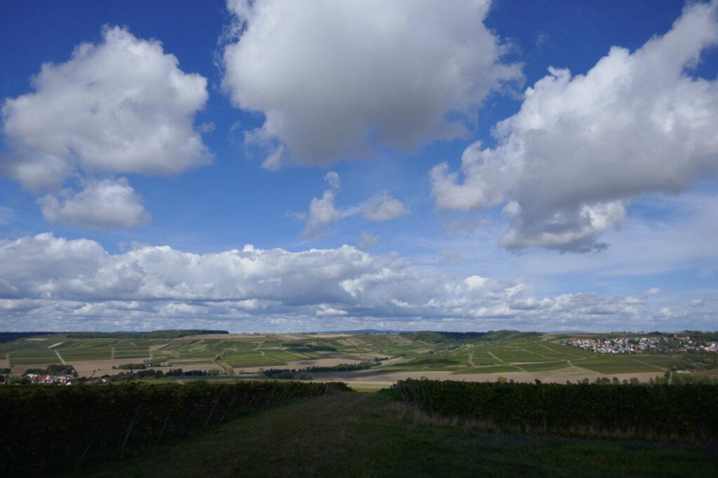 Himmel, Hügel, im Hintergrund der Taunus.